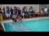 reina de belleza toma de tragos y una pasarela en la piscina